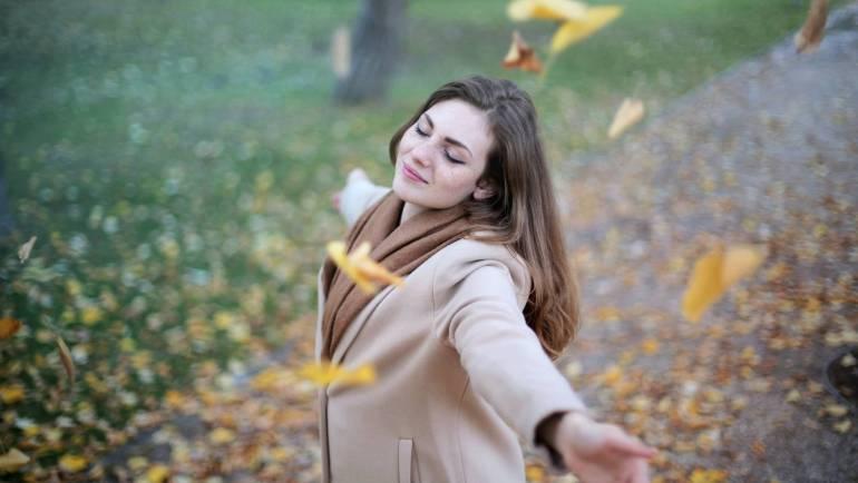 Come controllare i pensieri negativi: la mindfulness distaccata
